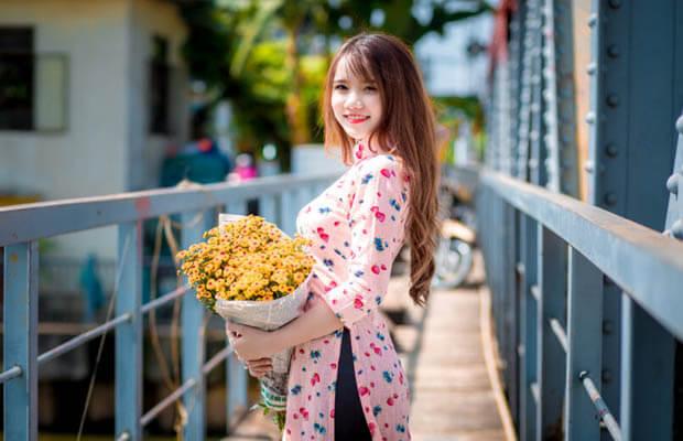 hinh nen gai xinh om hoa hd 820x518 1 - Bài văn lớp 10: Phân tích nhân vật Mị Châu hay đầy đủ